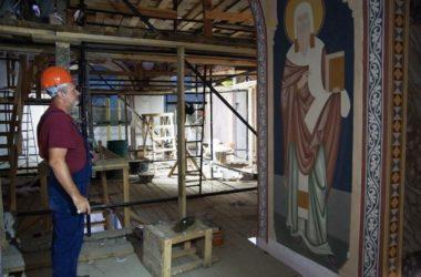 Над росписями собора Александра Невского трудится восемнадцать человек
