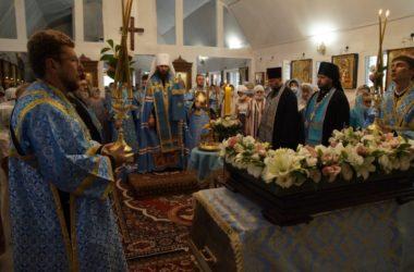 Всенощное бдение в храме Успения Пресвятой Богородицы возглавил митрополит Феодор