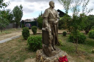 Настоятель храма святой равноапостольной княгини Ольги освятил памятник Ивану Цыплетеву