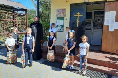 Волгоградские первоклашки получают подарки
