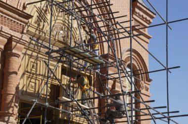 В соборе Александра Невского установили входные дубовые двери весом две тонны