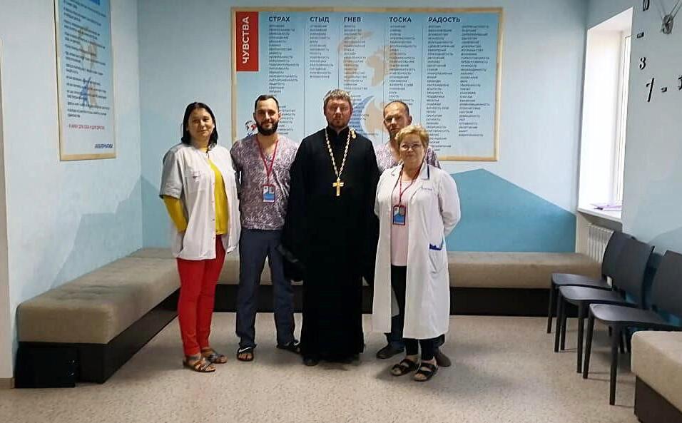 Больничный душепопечитель провел беседу с пациентами и персоналом реабилитационного центра