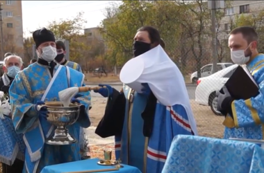 Видео: Освящение места под строительство храма иконы Богородицы «Спорительница хлебов»