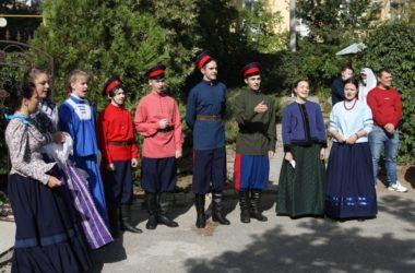 Престольный праздник Крестовоздвиженский приход Волгограда отметил службой, концертом и чаепитием