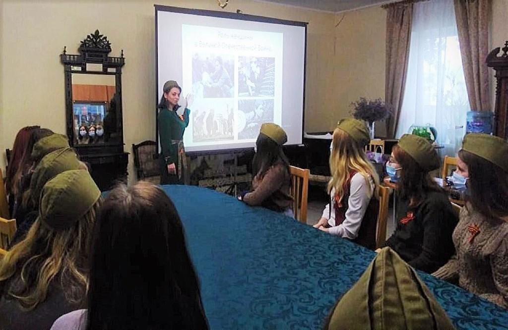 В Никольском соборе Камышина студентам рассказали о женщине на войне