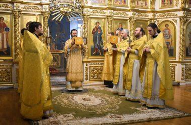 Митрополит Феодор возглавил Литургию в Казанском кафедральном соборе в день памяти трех святителей