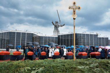 Видео: Захоронение останков участников Сталинградской битвы на Мамаевом кургане