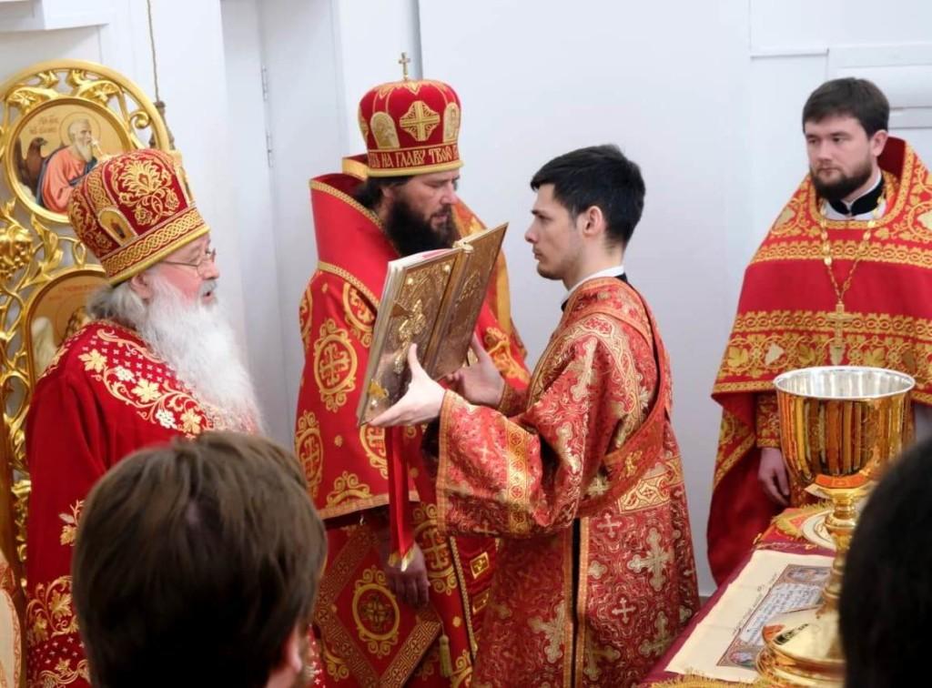За Божественной литургией в храме Сретения Господня Духовно-православного центра «Вятский Посад» сослужил митрополит Феодор