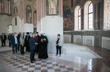 Митрополит Феодор и губернатор Андрей Бочаров проинспектировали ход работ в соборе Александра Невского