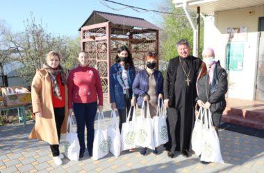 Волгоградские священники и волонтеры поздравили с праздником Пасхи подопечных