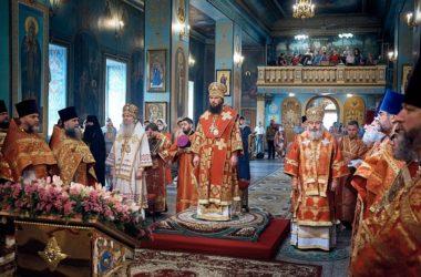 Литургию в день памяти святого Александра Невского совершили три архиерея