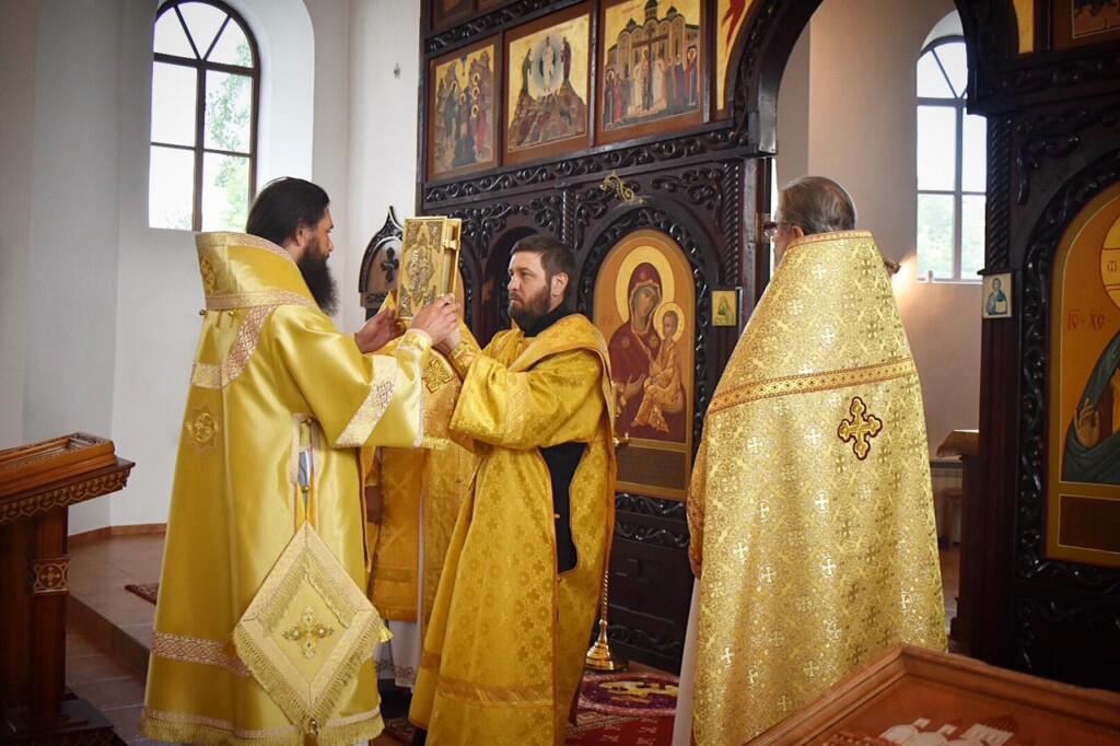 Митрополит Феодор совершил Литургию в Свято-Вознесенской обители