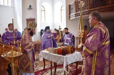 Митрополит Феодор совершил Литургию и чин освящения меда в Свято-Вознесенской обители