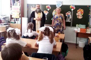 Священнослужители Александровского благочиния поздравили школьников с Днем знаний